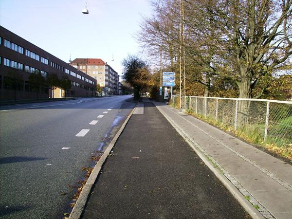Бордюр між проїздною частиною та тротуаром на місцевості